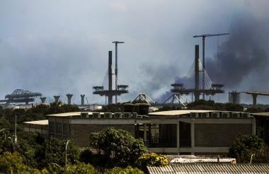 Una columna de humo cubre parte del puente Pumarejo. Las quemas en el Vía Parque Isla Salamanca son un contaminante.