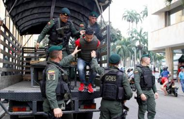 El capturado en manos de la Policía.