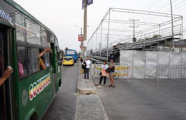Una pasajera bajándose de un bus en la Vía 40.