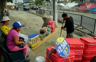 Algunos de los vendedores se asentaron en sus lugares desde la mañana del viernes, esperando el inicio de los cuatro días de Carnaval para vender sus productos.