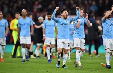 Los jugadores del Manchester City festejando con sus aficionados luego de la victoria.