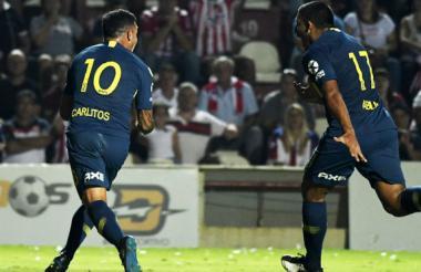 Carlos Tevez celebra un gol en el partido.