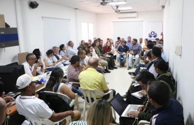 Vista de la reunión de campesinos con autoridades.