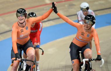 Kirsten Wild (izquierda) y Amy Pieters celebrando una victoria.
