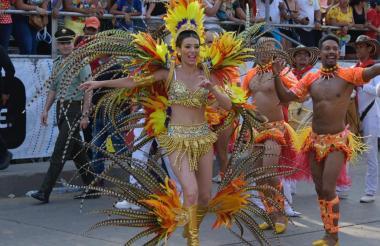 La reina del Carnaval, carolina Segebre, en el recorrido de la Gran Parada de Tradición.