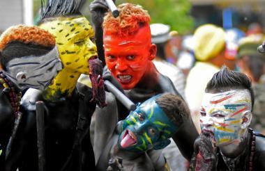 Los indios caníbales se robaron los aplausos durante la versión 19 del desfile que busca rendir tributo a los disfraces de esta temporada.