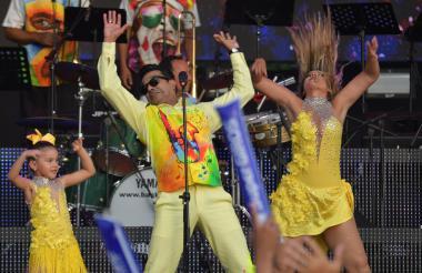 Checo Acosta en su actuación en el Festiorquestas, al que llevó en esta ocasión a su hija menor, Sharon. Con 17 Congos de Oro, es uno de los más premiados del festival.
