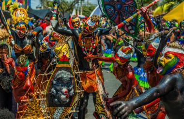 Por sus colores, actitud y goce, los indios se convirtieron en uno de los disfraces más aclamados del recorrido desarrollado ayer.