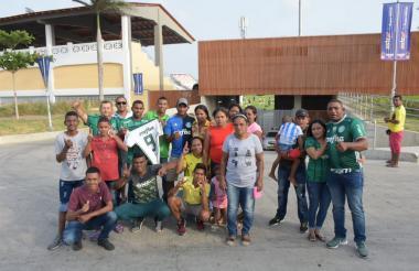 La mamá de Borja, Nicolasa Hernández (vestida de gris),  junto a hermanos y amigos del delantero.