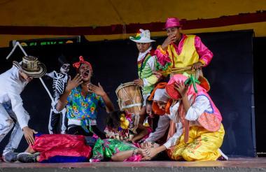 Los estudiantes del grupo de teatro del IED Meira del Mar presentaron 'El inútil y el farsante' haciendo reír a carcajadas a los asistentes.