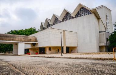 La fachada del teatro Amira de la Rosa, cedido al Banco de la República.