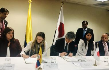 Funcionarios de la Embajada y de la Fundación durante la firma del convenio.