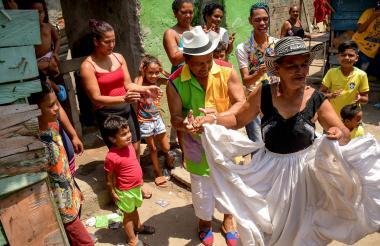 Margot Hernández menea su pollera junto a sus vecinos del barrio Rebolo, sur occidente de Barranquilla.