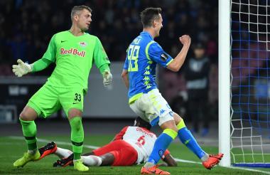 Arkadiusz Mili, delantero del Nápoles celebrando anotó el primer gol del partido.