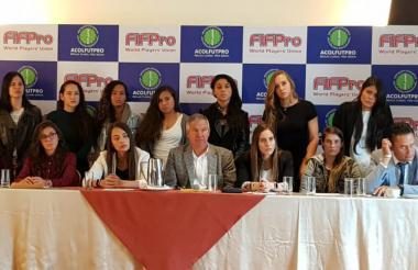 Las jugadoras de la Selección Colombia y  Carlos González Puche, presidente de la Asociación Colombiana de Futbolistas Profesionales, Asocolfutpro.