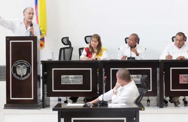 El gobernador Verano en una de las sesiones.