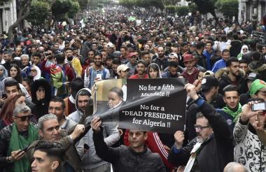 Manifestantes argelinos durante la protesta.