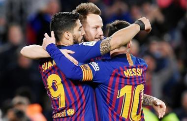 Luis Suárez recibe las felicitaciones de Rakitic y Messi tras marcar su gol ante Leganés.