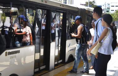 Usuarios de Transmetro esperando abordar un bus de la ruta R1 Portal de Soledad, en Joe Arroyo.