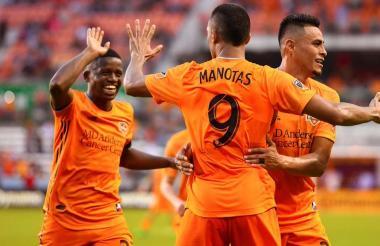 Mauro Manotas recibe la felicitación de sus compañeros tras anotar el gol.