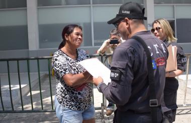 Momento en que Elsa Ramos Fontalvo es llevada a la URI de la Fiscalía en calidad de capturada, por su presunta participación en la organización