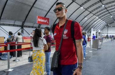 Michael Rangel en el aeropuerto Ernesto Cortissoz , antes de partir a Argentina.