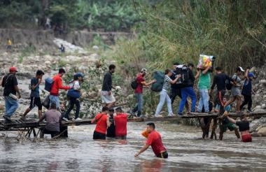 Ciudadanos provenientes de Venezuela caminan por trochas (caminos ilegales) cerca del puente Simó Bolívar de Cúcuta.