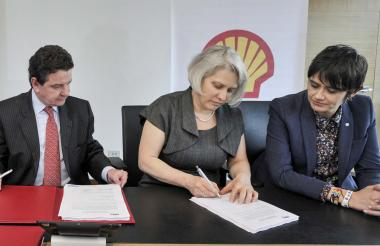 El presidente de la ANH, Luis M. Morelli, junto a Inés Liebing y Ana María Duque, presidente de Shell.