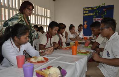 La secretaria de Educación de Sincelejo, Karina Cabrera Donado, recorrió algunas instituciones para inspeccionar el menú ofrecido en el PAE.