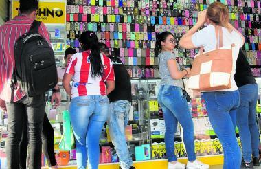 Compradores en un local de tecnología ubicado en una zona comercial de B/quilla.