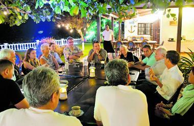 Varios vecinos de Pradomar durante la reunión con el gerente de Electricaribe.