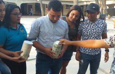 Con alcancías los estudiantes oriundos de Tenerife  iniciaron la recolecta.