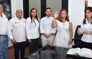 Norma Vera Salazar, secretaria del interior del Magdalena, haciendo el juramento al aceptar el cargo.