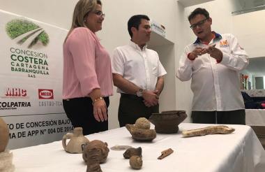 El gerente de la Concesión Costera entrega las piezas a la rectora de la Universidad del Atlántico.