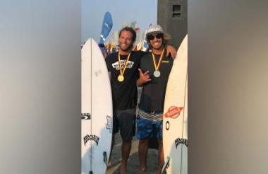 Simón Salazar y Daniel Olmos, surfistas del Atlántico.
