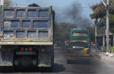 Varios vehículos emiten partículas contaminantes mientras transitan por el Corredor Universitario.