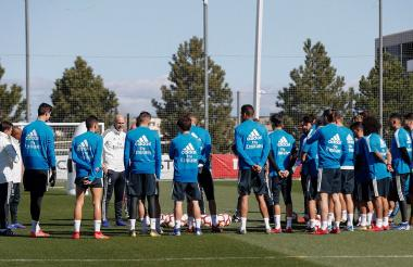 Zidane charlando con los jugadores del Real Madrid antes de empezar el entrenamiento.