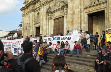 Protestas en las afueras de la sede del Congreso de la República.