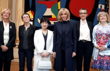 Brigitte Macron posa con las mujeres galardonadas con el Premio de la Unesco para Mujeres y Ciencia.