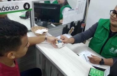 Estudiante recibe tarjeta de estímulo de transporte.