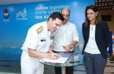 De izq a der: el contralmirante Oscar Tascón, presidente de Cotecmar;  el director de Cormagdalena, Pedro Pablo Jurado y la ministra Ángela M. Orozco.
