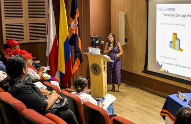 Momentos en los que la docente Kissy Macías Bolívar presentaba los resultados del estudio.