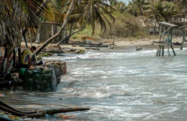 Gaviones artesanales instalados en el frente de los negocios afectados por la erosión costera en Santa Verónica, que ha destruido kioskos y arrancado palmeras.