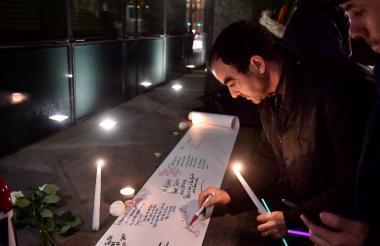 Personas escriben mensajes en la embajada de Nueva Zelanda en Bruselas en honor de las víctimas del ataque armado en dos mezquitas.