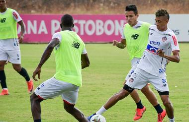 Cantillo domina el balón ante la mirada de Torres.
