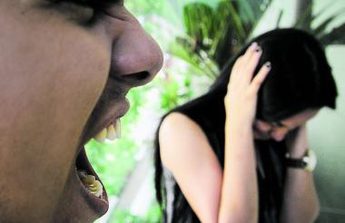 Fotoilustración de un hombre que agrede verbalmente a su pareja, una conducta que pone en riesgo la integridad de ella.