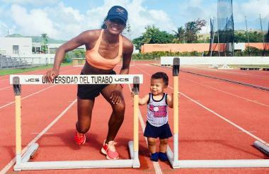 La atleta barranquillera Briggite Merlano en un pista atlética de Puerto Rico, junto a su hijo Alejandro.