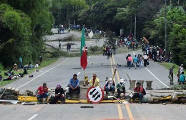 Manifestantes en la vía.