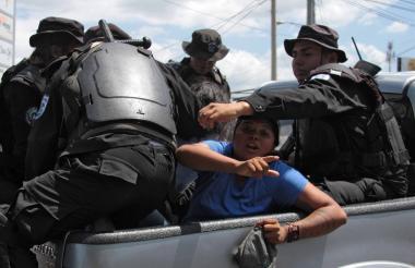 Detención de un joven por parte de la Policía.