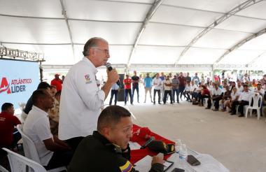 El gobernador del Atlántico, Eduardo Verano, se dirige a la comunidad que asistió al consejo de gobierno.